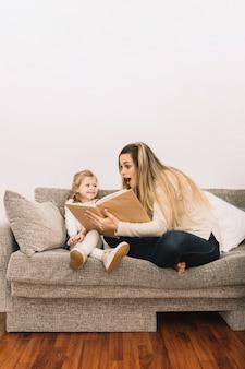 Libro de lectura asombrado de la mujer a la hija