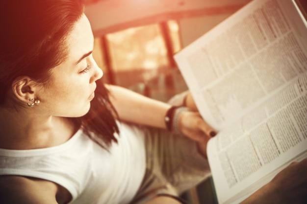 Libro de lectura de chica al aire libre en la playa