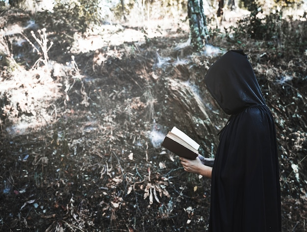Libro de lectura encantador en bosque