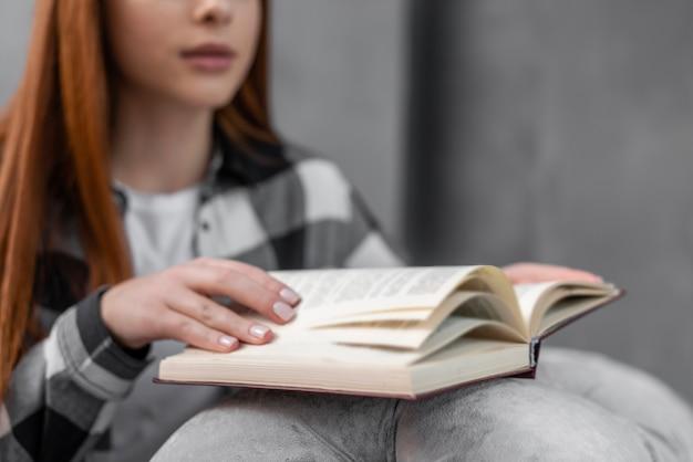 Libro de lectura femenina irreconocible de cerca