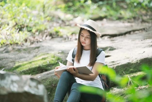 Libro de lectura hermoso de la mujer en la naturaleza