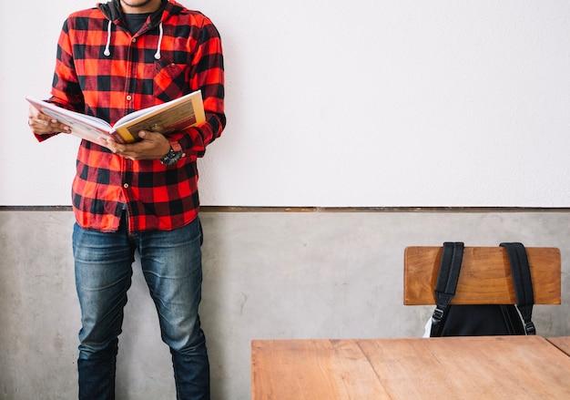 Libro de lectura de hombre de cultivo en la lección
