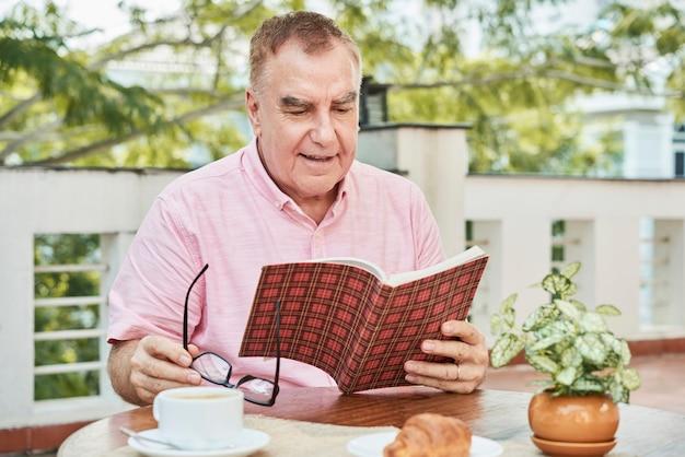 Libro de lectura de hombre envejecido