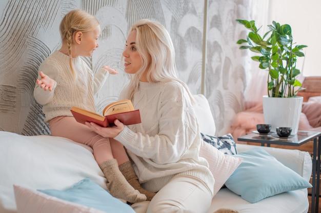 Libro de lectura de madre e hija pequeña