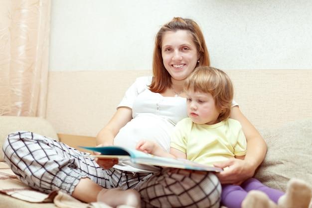 Libro de lectura de madre e hijo