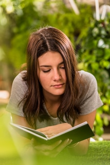 Libro de lectura de mujer joven