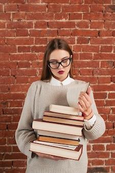 Libro de lectura de niña hermosa