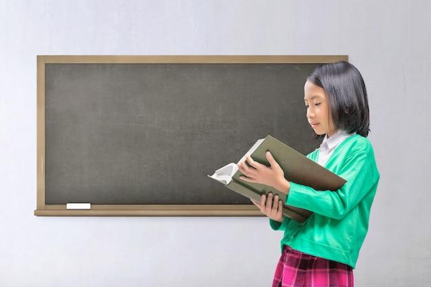 Libro de lectura de niño asiático joven
