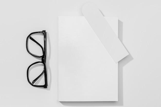 Libro y marcador con gafas de lectura.