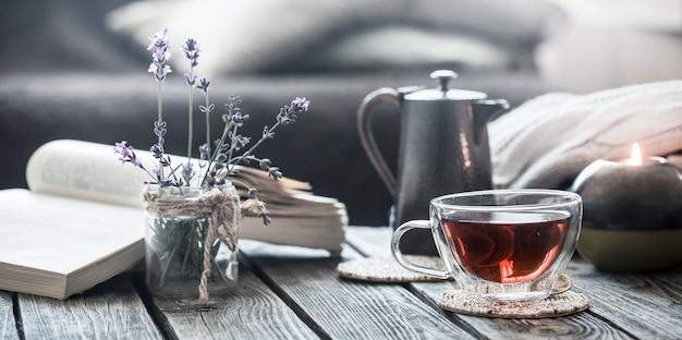Libro de naturaleza muerta y una taza de té en la sala de estar