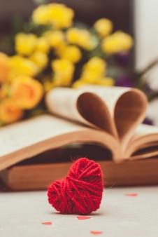 Libro con páginas dobladas en forma de corazón.