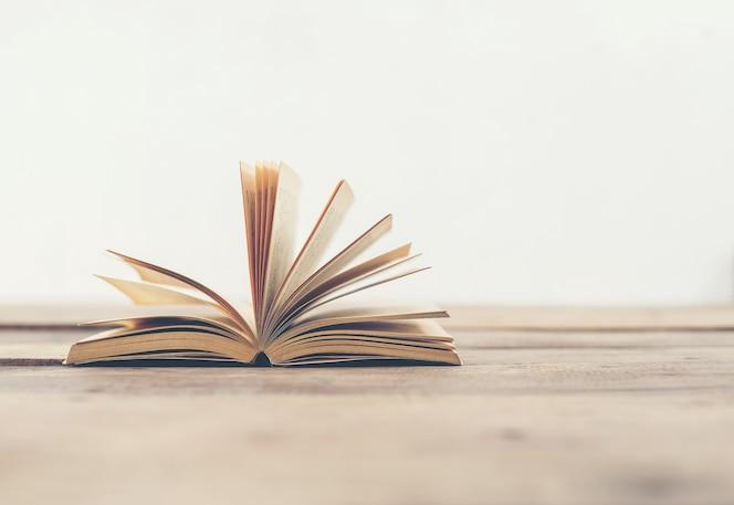 Libro pasando páginas