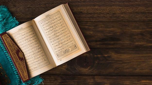 Libro religioso musulmán cerca de trapo
