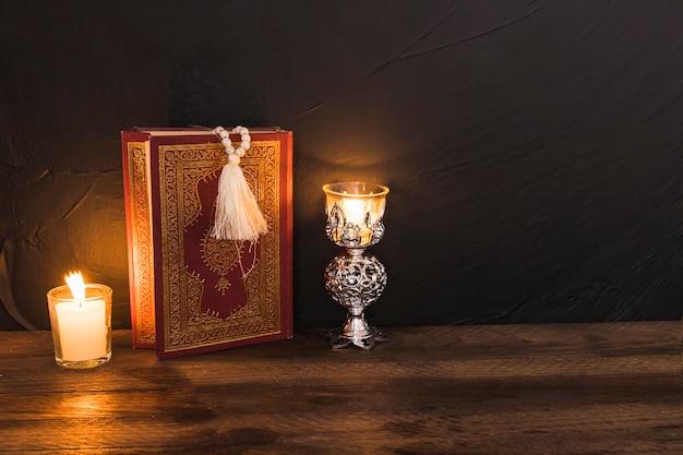 Libro religioso entre velas encendidas