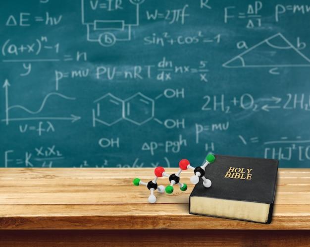 Libro de la sagrada biblia y la escuela en el fondo