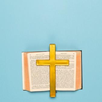 Libro sagrado abierto con cruz de madera