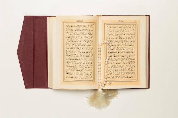 Libro sagrado abierto con pulsera