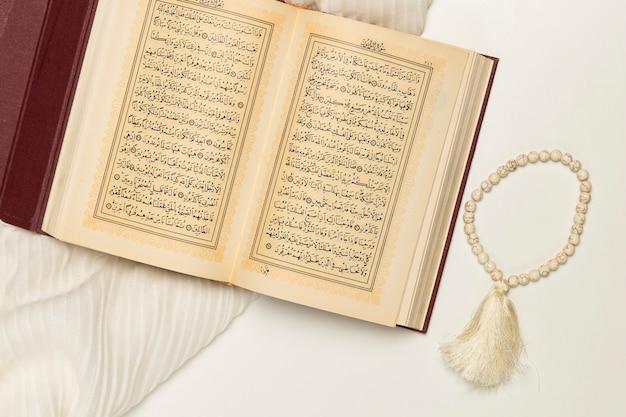 Libro sagrado de alto ángulo con pulsera