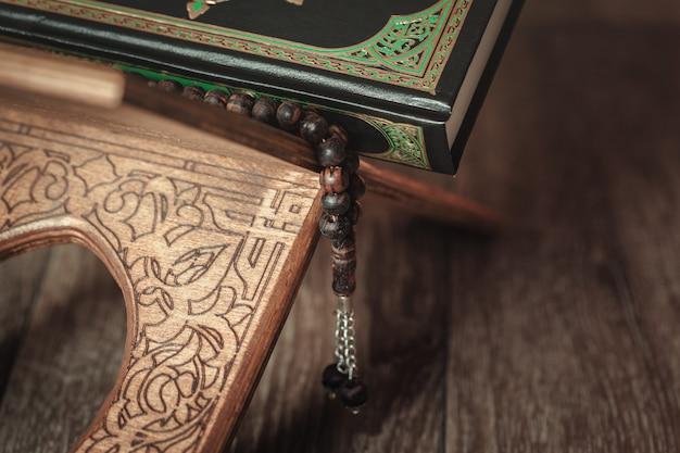 El libro sagrado del corán en el estrado