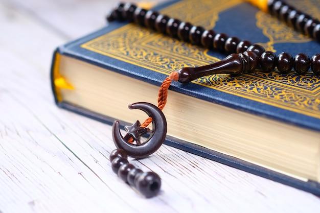 Libro sagrado corán para musulmanes durante once meses sultán ramadán.