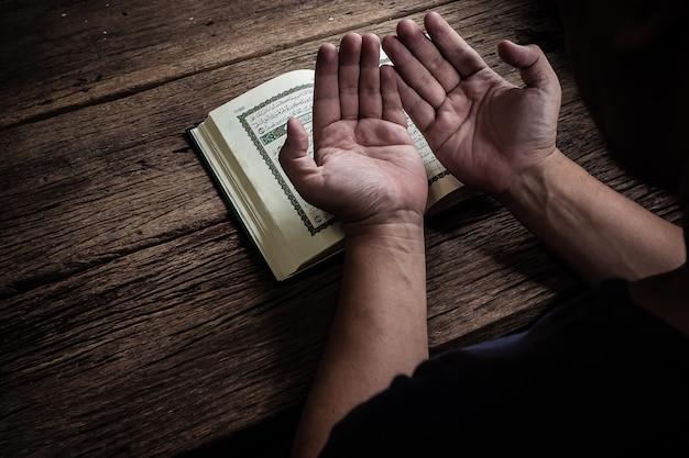 Libro sagrado del corán de los musulmanes