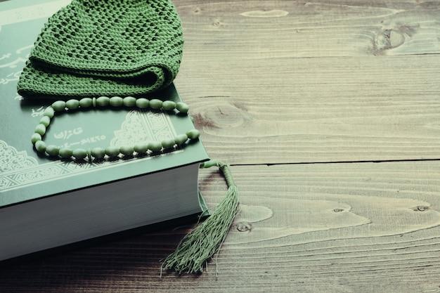 Libro sagrado corán con rosario. concepto de oración tonificado