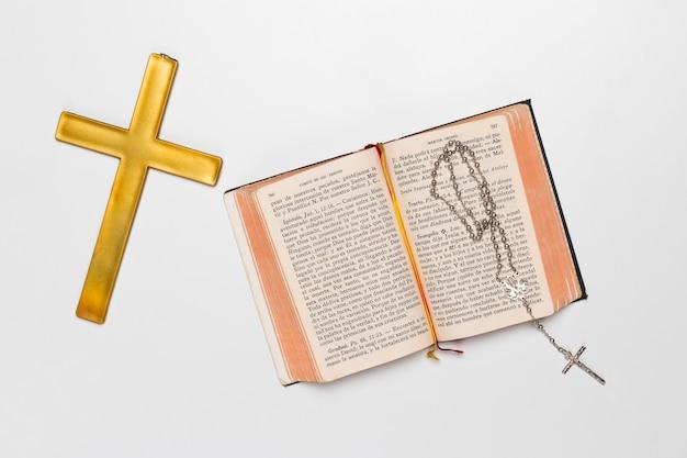 Libro sagrado y cruz santa con collar