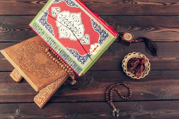 Libro sagrado islámico en mesa de madera
