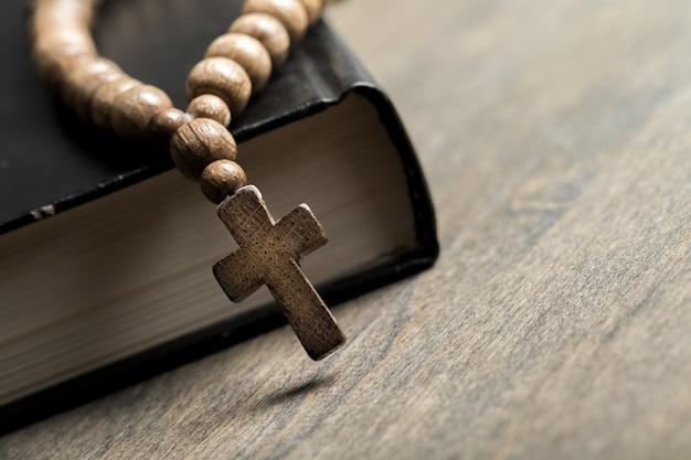 Libro de la santa biblia sobre fondo de tela