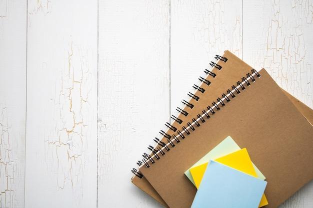 Libro sobre fondo de madera