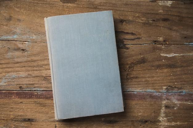 Libro sobre una mesa de madera