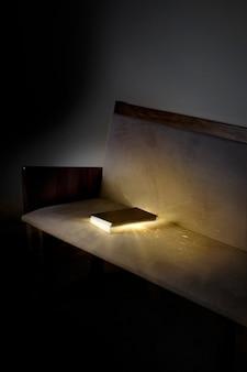 Libro en un sofá que brilla intensamente en la oscuridad