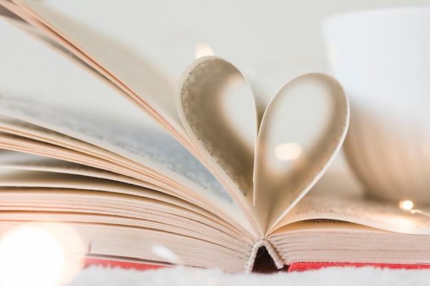 Libro con sus páginas formando un corazón