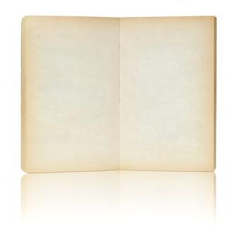 Libro viejo abierto en reflejar el piso y fondo blanco.