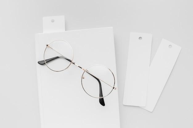 Libro de la vista superior con marcador y gafas
