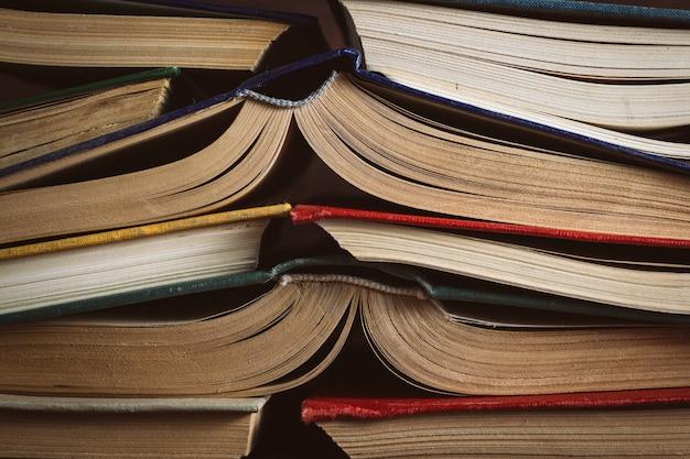 Los libros abiertos doblaron a un amigo a un amigo. se puede usar como superficie posterior