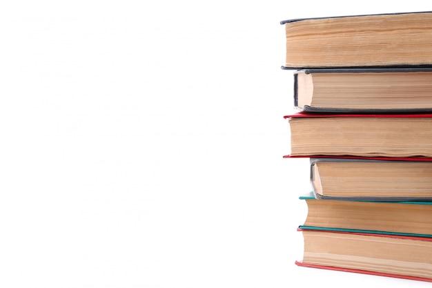 Libros antiguos antiguos aislados sobre fondo blanco
