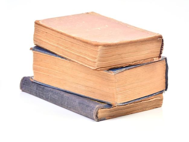 Libros antiguos en un espacio en blanco