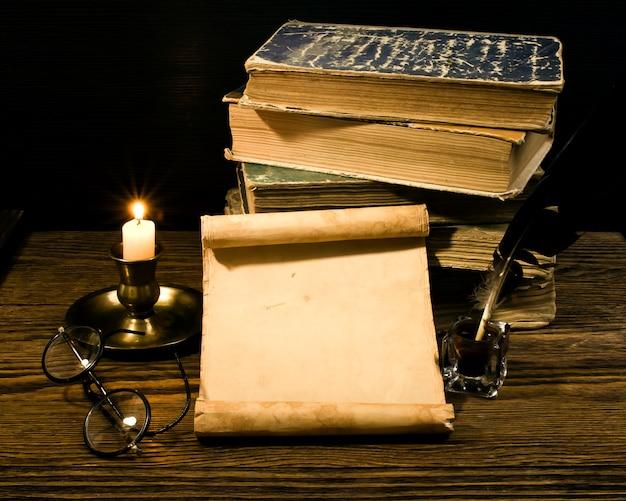 Libros antiguos y papiro