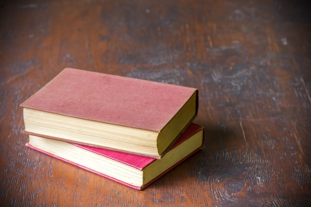 Libros antiguos sobre fondo de mesa de terraza de madera