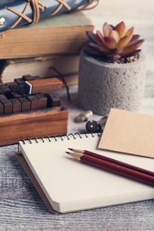 Libros antiguos, suculentos y abiertos cuadernos de manualidades