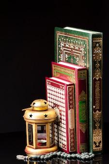 Libros árabes religiosos con elementos espirituales.