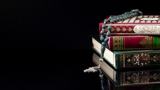 Libros árabes religiosos de la vista delantera en fondo negro