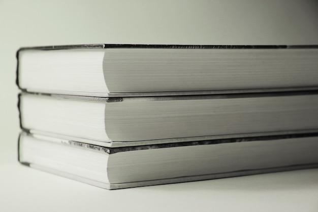 Libros de cerca en blanco y negro aislado
