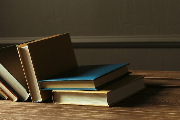 Libros de cerca en la vieja mesa de madera