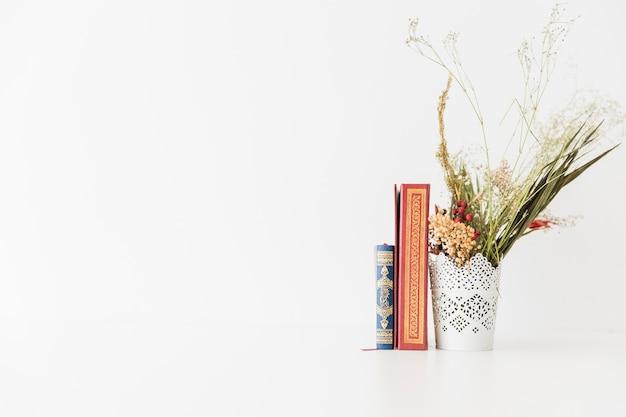 Libros del corán y ramo de flores