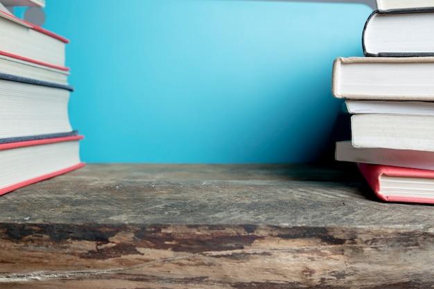 Libros de cultivo en la mesa de madera