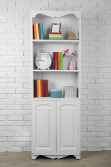 Libros y decoración en estantes en armario.