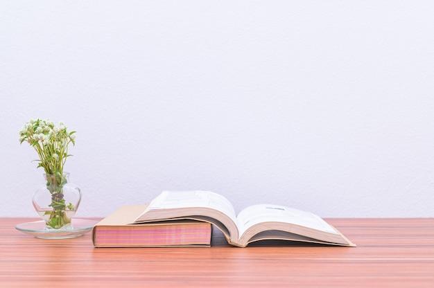 Libros, documentos y papelería están en el escritorio.