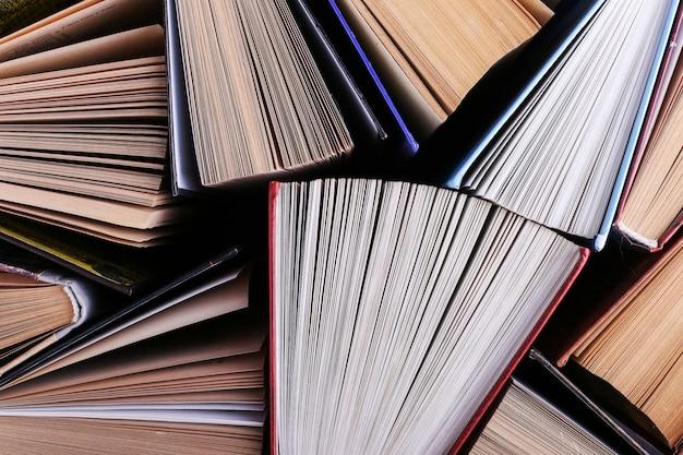 Los libros están de pie al azar. libro de fondo, el conocimiento es poder.